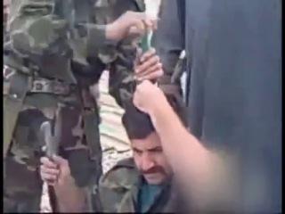 Солдату забивают ножи в голову