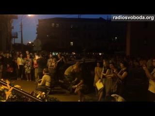Люди в Києві несуть квіти під посольство Нідерландів, аби виразити співчуття у зв'язку з трагедію в небі над Донеччиною