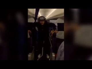 Лепс курит в салоне самолета