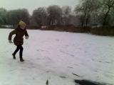 Как правильно надо падать на льду)