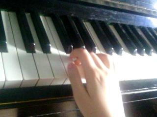 сыграла на пианино мелодию из песни ,,Куришь часто,,