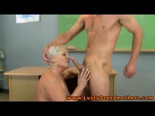 Очень зрелая и полная училка трахнула ученика и вылизала ему анус
