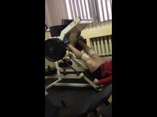 Мужику насрать что над ним 12 блинов по 25 кг!!!