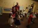 Дети поют песенку про антошку и играют на музыкальных инструментах