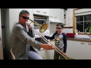 Отец играет на тромбоне, а сын подыгрывает ему с помощью дверцы от кухонной плиты / пока мамы нет дома / timmy trumpet - freaks (dad and son have so much fun when mom is not at home)
