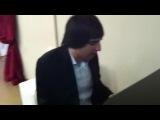 Эльдар Далгатов играет на рояле и поёт