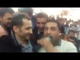 Jahongir Otajonov to'yda muhlislari bilan birlikda kuylashmoqda