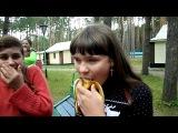 девочка глотает бананы. талант на лицо