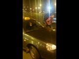 Мужик отчитывает таксиста за то, что развели мосты. Питер