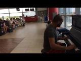 Крутой пианист в аэропорту