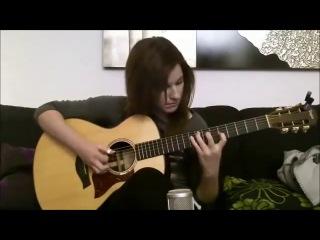 Девушка классно играет на гитаре красивую мелодию