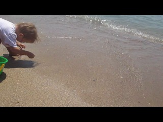 Лера лепит пасочки на пляже