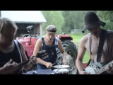 Финская группа StevenSeagulls исполняет кавер на песню группы AC / DC под названием Thunderstruck.
