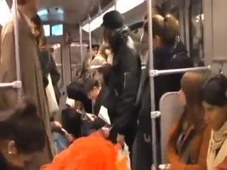 Посмотрите, весь вагон метро начинает заразительно ржать ни из-за чего по сути!