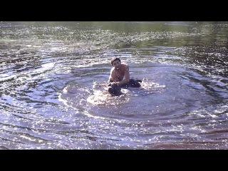 Женя с другом учатся плавать.