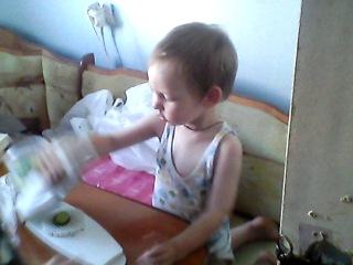 Сынуля режет салат