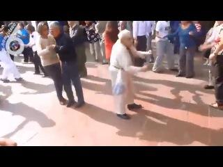 Дедушка танцует лучше меня