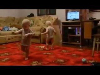 танец маленьких близнецы супер 2014