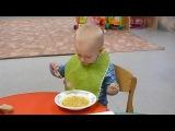 Игорёк. Как же смешно он кушает...))))