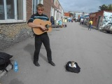 парень красиво поет и играет как Бог и играет известную песню!!!!!!!!!!!!!!!!!!!!!!!!!