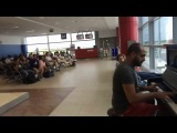 Пианист в аэропорту играет  музыку из
