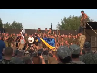 Клоун Зеленский назвал ополченцев мразями ,выступая перед нац.гвардией..