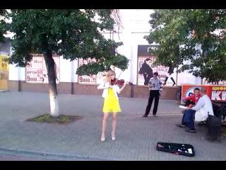 15.07.2014 г. Челябинский Арбат, девушка играет на скрипке Короля и Шута