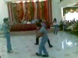 На свадьбе в Дагестане, Махачкала или Дербент. Бессмертный дагестанец станцевал лезгинку с трюком. Киборг-Даг Отвечаю трюкач ))
