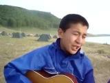 Той зимой не далекой красиво поет пацан на гитаре казах