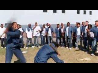 Ден Иносанто в роли тюремного повара в конце видео (фильм Большой Стен)