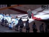 Певец Марк Донелли падает на льду во время исполнения гимна Канады  Mark Donnelly Trips Over Carpet at Penticton VEES Game 10-3-14