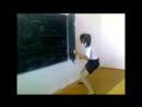 Девочка прикольно танцует в классе.