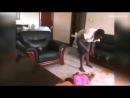 Установить дома скрытые камеры Эрика Камази из Уганды заставили странные синяки, появившиеся на теле его маленькой дочери. Мужчина решил понаблюдать, что происходит с ребенком, когда родителей нет дома, а дочь остается вместе с няней.  Скрытая камера без купюр запечатлела процесс типичного времяпрепровождения няни и ее подопечной. Сначала женщина пытается накормить двухлетнюю девочку кашей. Та ест неохотно и получает многочисленные оплеухи и затрещины. После такой кормежки ребенка начинает тошнить прямо на ковер. Это явно мешает нянечке спокойно смотреть телевизор. Она швыряет дитя на пол, бьет подвернувшимися под руку вещами, а потом и вовсе встает на спину ребенка ногами и начинает топтать.  Когда видео попало в руки отца ребенка, он пришел в ярость. Эрик Камази сильно избил няню-садистку. Женщина оказалась в инвалидном кресле, а родителям пришлось отвечать за свои действия перед полицией.  Однако сторона защиты Камази использовала запись скрытой камеры и в итоге сама няня оказалась фигуранткой дела о покушении на убийство ребенка.