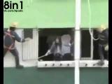 Мужик с попкорном и девушка-самоубийца / Мужик на балконе ест попкорн и смотрит, как спасатели спасают девушку, решившую выброситься из окна, Китай / Guy sees his neighbour trying to commit suicide and grabs popcorn