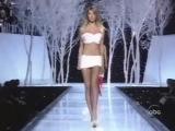 Виктория Сикрет показ мод 2001.Жизель Бундхен,Тайра Бэнкс,Хайди Клум,Каролина Куркова.