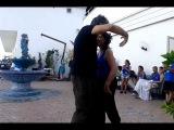 веселый народный итальянский танец в перерыве между тандами