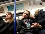 Реакция девушек на эрекцию чувака напротив в поезде/метро. Съёмка скрытой камерой. 16+