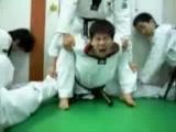 Ты думаешь ты не сможешь никогда сесть на шпагат??? Тогда тебе к нам! Суровые корейские тренера lvl 80!!!