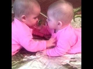 Ксю и Катю отнимают соски друг у друга