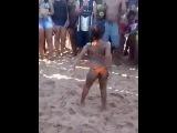 Novinha rebolando na praia