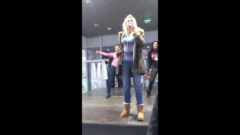 Оля Полякова,распевка перед концертом (Одесса,Котовский) Сити Центр 14.02.2015