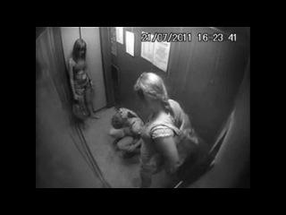 Бабы писают в лифте — photo 15