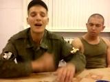 Солдат поет песню очень красиво и душевно. .....