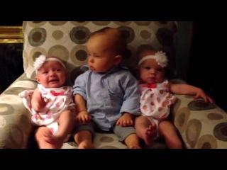 Кумедний малюк вперше бачить близнюків))