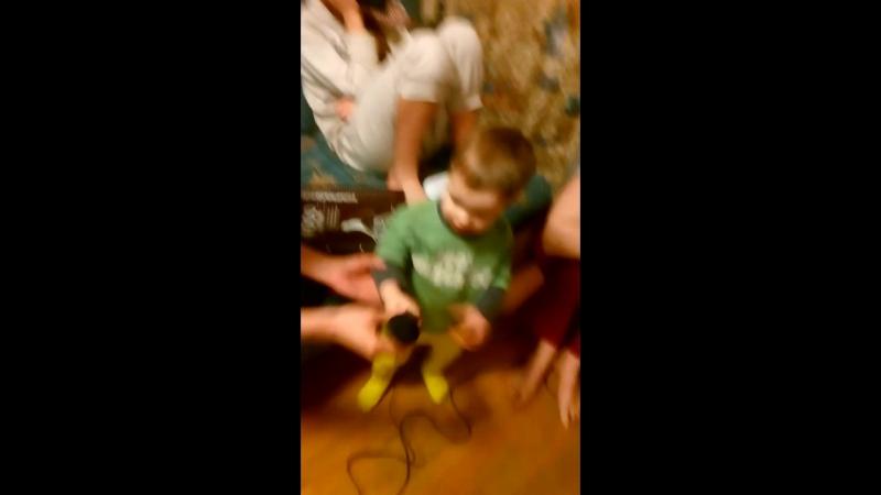 Никитос поёт в караоке