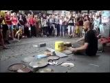 Необычный уличный музыкант.