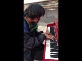 Никогда не судите людей по внешнему виду.  Бездомный, проживший около 30 лет на улице, играет мелодию, которую он написал.