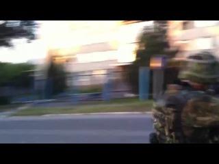Украинские фашисты ради забавы расстреливают здание милиции в г.Лутугино (съёмка до освобождения города)