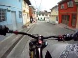 Фантастический спуск на BMX по городским улицам
