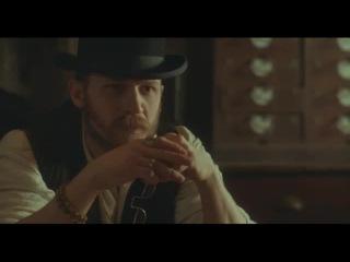 Алфи Соломонс (Том Харди) и Томас Шелби (Киллиан Мёрфи). Острые козырьки.